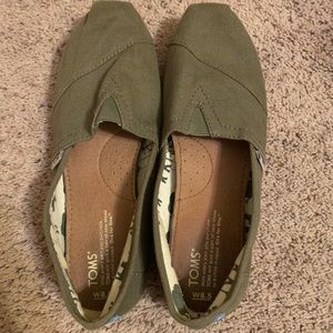 TOMS Women's Olive Green Canvas Slip on- Size 8.5